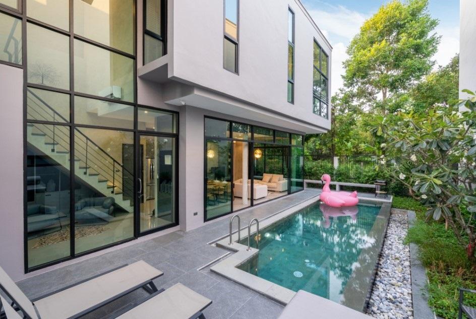Moderne achtertuin met zwembad