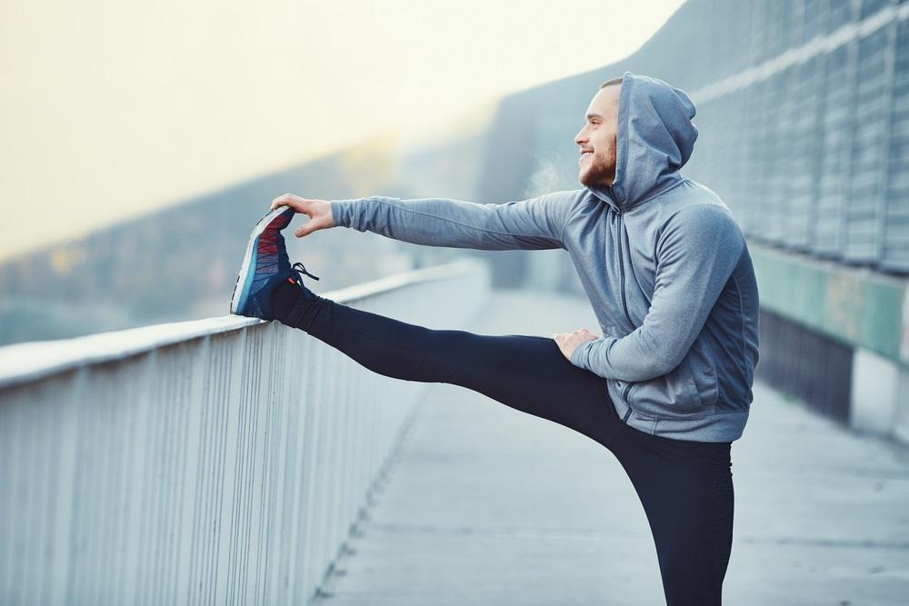 Draag een hoodie boven een trainingsbroek